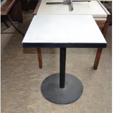 Уличный стол б/у белый на металлической ноге
